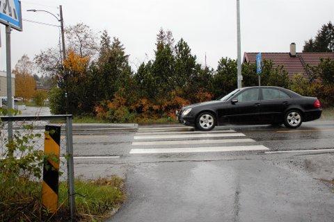 UTRYGT: Skedsmo kommune innrømmer at forgjengerovergangen ikke er spesielt sikret for skolebarn, når bilene kommer i 50 kilometer i timen.
