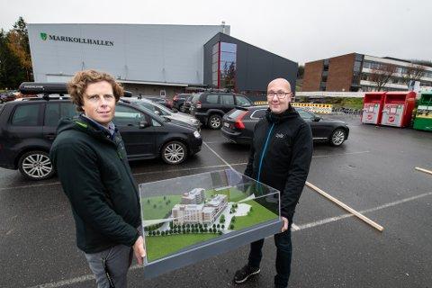 PlASS NOK: – Her skal byggene våre reises, sier prosjektsjef Axel Bryde i Oxer Eiendom (t.v.) og megler Thor Asbjørn Lunde i DnB. Ravinen kultur- og familiesenter skal bygges på tomta til høyre.