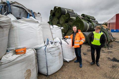 STOPP: ØRAS–sjef Trym Denvik (t.h.) og Fredrik Gaustad i Waste Trade AS ved de gamle kunstgressbanene som ligger stablet hos ØRAS. Fylkesmannen mener innsamlingen er ulovlig.