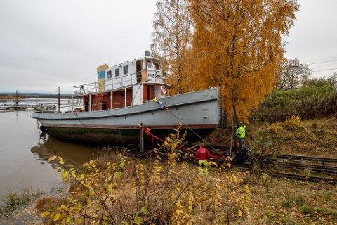 """PÅ LAND: Den gamle slepebåten """"Mørkfos"""" står nå på land for første gang på 12 år."""