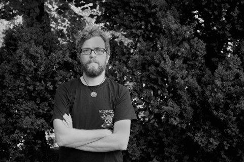 """Tror han har svaret: Einar Duenger Bøhn (41) fra Vormsund i Nes mener det er en mening med livet som er den samme for alle, og at han har funnet ut hva det er. Svaret gir han i debutboka på nork, """"Meningen med livet""""."""