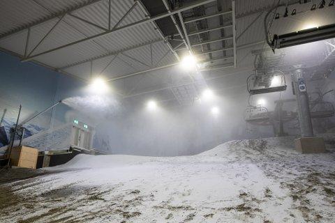 Her kommer snøen: Det tok ikke lang tid fra snøproduksjonen startet før toppen av nedfarten var dekket av snø.
