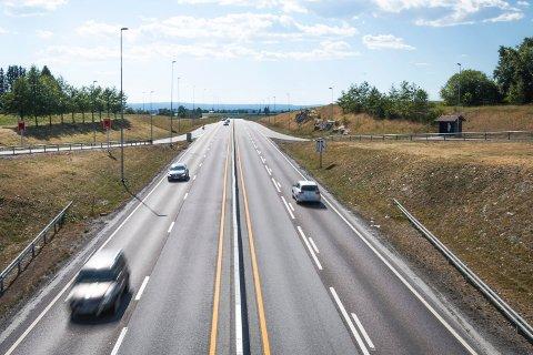 Dagens vei mellom Kløfta og Nybakk ble bygd som en smal firefelts vei med fartsgrense 90 km/t og sto ferdig i 2007. Et politisk flertall i  Ullensaker har sagt at de ønsker fremtidig E16-utbygging på denne strekningen.