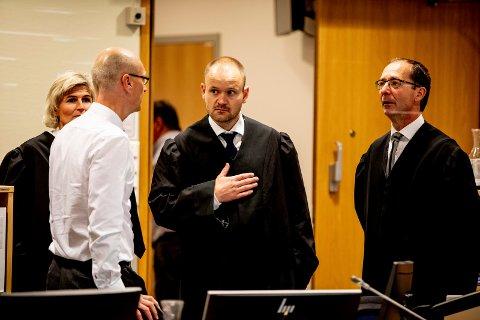 I RETTEN: Aktor Carl Graff Hartmann til høyre. Videre mot venstre politiadvokat og medaktor Gjermund Hansen og bistandsadvokatene Torkil Jan Røseid og Anette Holt Tønsberg.