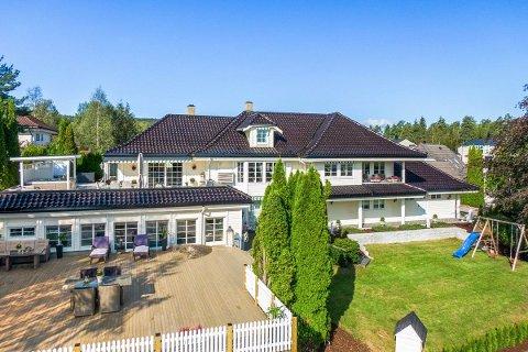 Eiendommen: Villaen er på hele 485 kvadratmeter bruksareal fordelt på tre etasjer, og har blant annet fem soverom og innendørs svømmebasseng.