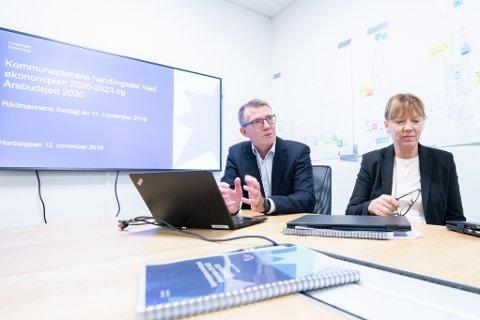 BUDSJETT: Økonomidirektør Svein Nylænder og Rådmann Trine Myrvold Wikstrøm, la fram forslag til budsjett for nye Lillestrøm kommune.