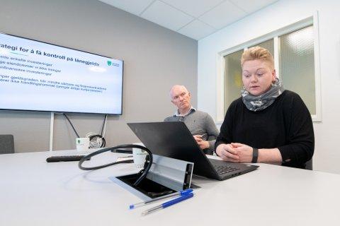 GJELDSTYNGET: Kommunedirektør Eivind Glemmestad og økonomisjef Lillian Pedersen mener at å få kontroll med lånegjelda blir en viktig oppgave i Rælingen. Finanskostnadene øker med over 8 prosent neste år.
