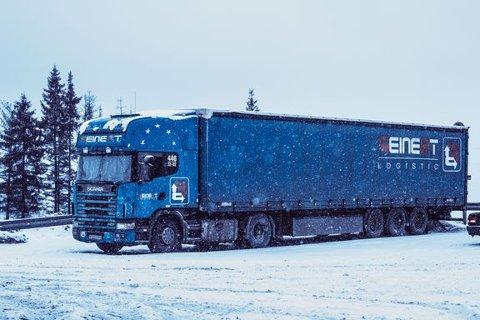 SKUMMELT: Utenlandske vogntog i grøftekanten på glatt vinterføre, er ikke ukjent for norske bilførere.