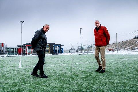 BEKYMRET: Daglig leder Stig Brøndmo i allianseidrettslaget Skjetten sportsklubb (t.h.) og idrettsrådsleder Arne Kalstadstuen kikker på kunstgresset på Skjetten stadion.