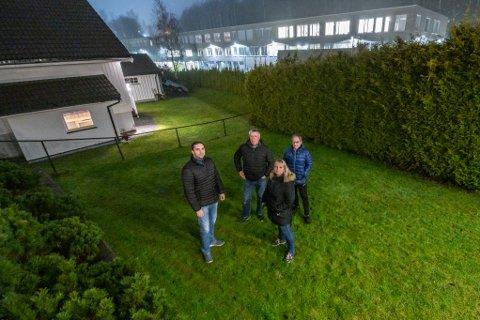 – UGREIT: Emran Shah (f.v.), Rolf Erik Smebye, Nina Nielsen og Bjørn Skansen har levd i et aldri så lite mareritt siden den nye skolen sto klar.