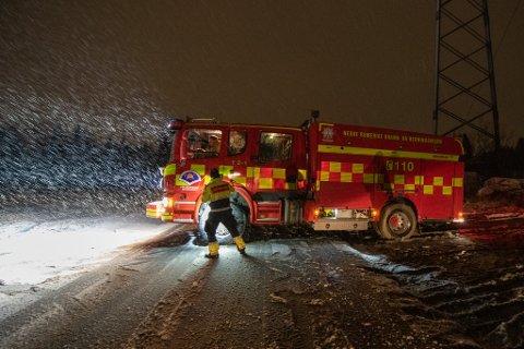 BOM FAST: Brannbilen bisto under en utforkjøring på Slattum i Nittedal, men endte selv med å kjøre seg fast i gjørma på et jorde i nærheten.