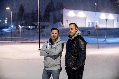 REDDER LIV: Hovedtillitsvalgt i NRBR, Geir Halvorsen og leder for brannkorps klubben Nedre Romerike brann og redningsvesen, Henrik Knapskog forran Lørenskog Brannstasjon.