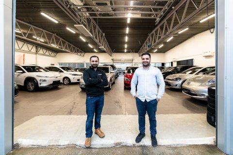 Brødrene Balal (t.v.) og Jamal Mahmood jobber hardt for at bilbutikken deres skal lykkes. De har opplevd enorm vekst. (Foto: Vidar Sandnes)