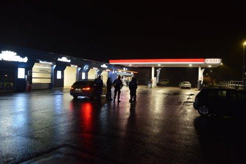 Først etter at det hadde oppstått masseslagsmål på den nattåpne Esso-stasjonen, kom politiet.