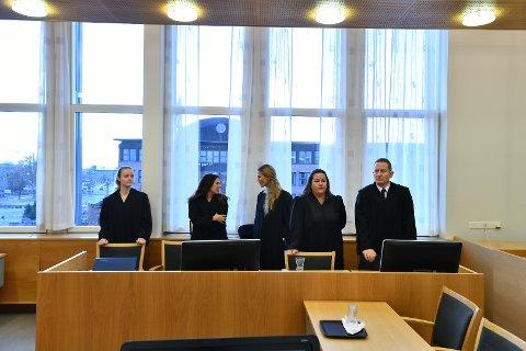 Aktoratet og bistandsadvokatene før dommen ble lest opp. Lengst til høyre aktor, statsadvokat Tomasz Edsberg.
