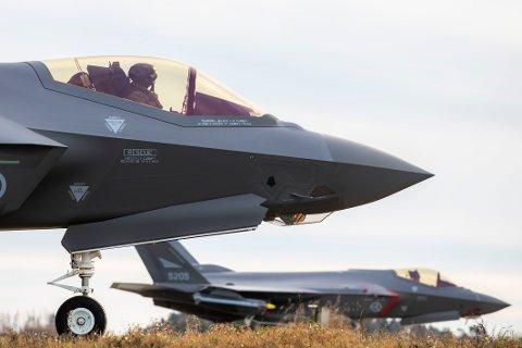 Forsvaret viste i november fram sine nye F-35 jagerfly. Riksrevisjonen har rettet alvorlig kritikk mot måten bakkefunksjonene har håndtert overgangen fra gamle F-16 til nye F-35. Foto: Håkon Mosvold Larsen / NTB scanpix