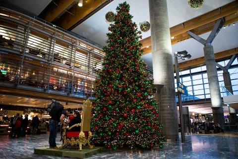 FLYPLASSTRE: Oslo lufthavn på Gardermoen har selvsagt sitt eget juletre.