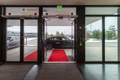 RØD LØPER: Rød løper og BMW er en del av pakka når du kjøper VIP-behandling.