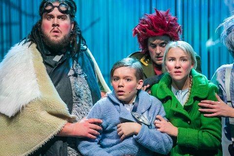 Claus, nissens assistent, og kusken Igor tar med seg Mats og Mina, to barn fra barnehjemmet, ut på et skummelt eventyr.