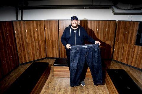 – Denne olabuksa i størrelse 56 har jeg tatt vare på for å minne meg selv på hvor stor jeg var. Bare det å slippe å kjøpe 9 ganger XL-størrelse på Dressmann XL er ganske deilig, sier Rune Anderssen. På det meste veide han over 200 kilo. alle foto: Tom Gustavsen