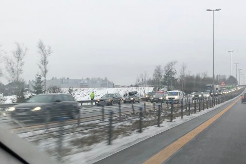 KØ: Bilene står på veiskulderen, men det trafikkuhellet fører likevel til kø lille juleaften.