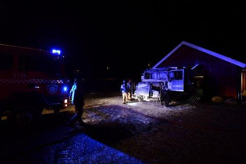 TOTALSKADD: Lastebilen som sto inne i låven da det begynte å brenne har fått store skader.
