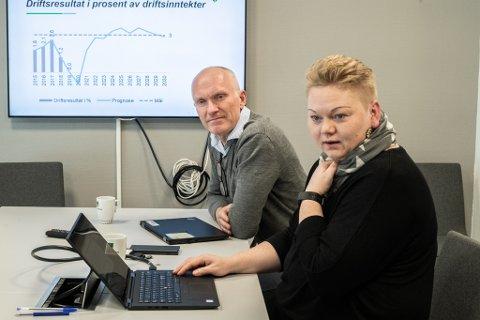 IKKE SKREMT: Dystre kurver fra kommunedirektør Eivind Glermmestad og økonomisjef Lillian Pedersen i Rælingen får ikke politikerne til å så mye som å kikke på verdien av eiendomsskatt.