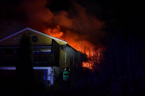 OVERTENT: Brannmannskapene har fått kontroll på brannen og avklart at ingen befinner seg inne i boligen.