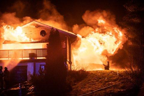 STORE FLAMMER: Brannvesenet brukte store deler av natta på å få kontroll på flammene.