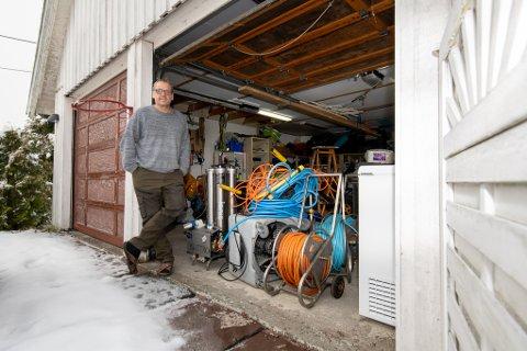 EIER: Atle Bakken har flyttet utstyr, ansatte og produkter inn i sitt eget hjem etter at bedriften ble evakuert.