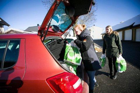 – KJEDELIG: Lørdag samlet gjengen fra «Omsorg Jessheim» seg for å hjelpe familier med dårlig råd. Da ble Silje Antonsen frastjålet jakka. Dette bildet er fra en tidligere anledning.