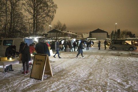 Handel i mørket: På kort tid har Reko-ringen fått over 7.000 registrerte kunder. Mørke, kulde og snø la ingen demper på salget på parkeringsplassen ved Skedsmo videregående skole onsdag kveld.