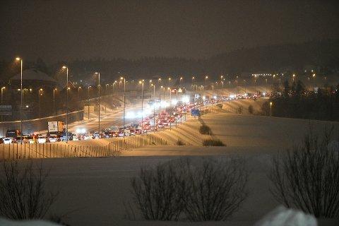 TETT OG SAKTEGÅENDE: Trafikken senegler seg avgårde i retning Oslo på E6 ved Hvam fredag morgen.