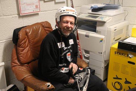 KLUBBKJÆRLIGHET: Få har betydd mer for Skedsmo Ishockeyklubb enn Per Henrik Nygård. I tillegg til å være en drivende bidragsyter for rekruttering har han også spilt en stor rolle for at klubben har utviklet nytt kjøleanlegg og nye lokaler i klubbhuset. Han har også vært styreleder i klubben fra 1999 til 2000 og nestleder fra 2000 til 2013, i tillegg til å være fulltidsansatt som tømrer ved siden av dugnadsinnsatsen.  – Jeg har en snill kone. Det er et under at jeg fortsatt er gift, sier ildsjelen.