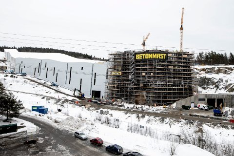 INNGANGSPARTIET: Nederst i bakken kommer et bygg i seks etasjer som blir selve inngangspartiet til skihallen, der det oså bli butikker, serveringssteder og kontorer.
