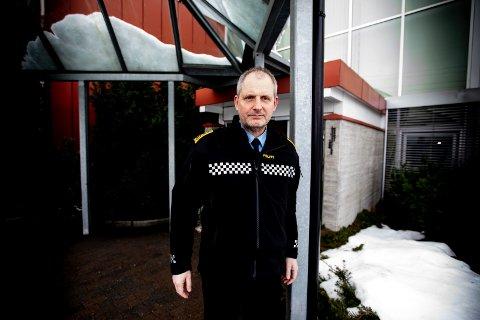 Etterforskningsleder Tommy Brøske på vei ut av RB-studio.