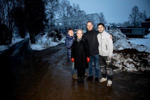 Beboerne (f.v.) Ann-Heidrun Skår, Mari Moe, Jan Andersen og Arlind Sertolli er fornøyde med Fylkesmannens avgjørelse. Beboerne i Nasse Nøffs veg har flere ganger klagd til kommunen fordi de får to verkstedbygninger nær eiendommene deres.