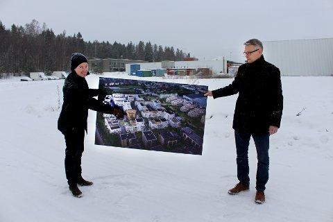 NY BYDEL: Administrerende direktør Olav H. Selvaag (t.v.) og konserndirektør for Stor-Oslo i Selvaag Bolig, Øystein Klungland, med tegningene av boligprosjektet Skårerbyen i Lørenskog.