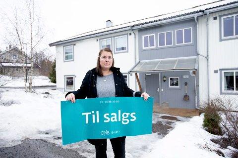 TIL SALGS: Nicole Øiestad og ektemannen Tobias Antonsen får ikke solgt leiligheten sin ved deponiet. Nå har eiendomsmegleren sagt opp oppdraget grunnet manglende progresjon.