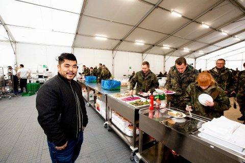 HUSMANNSKOST: Kjøkkensjef Steven Manhao Cheung i Gastro Catering serverte husmannskost til tyskerne under Nato-øvelsen.