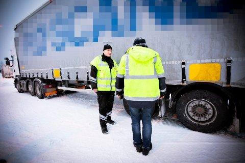 FORBUD: Kontrolleder Bjørn Uno Rogneby forklarer sjåføren hvorfor han ikke får lov til å kjøre videre etter en kontroll på Jessheim.