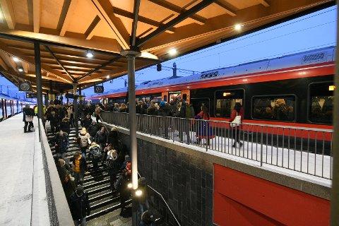 FULLT: Med mange forsinkelser er det blitt helt vanlig at folk kjemper om plassene på toget ved Lillestrøm stasjon.