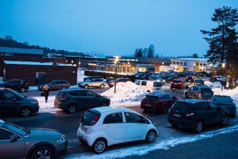 Slik ser det ut utenfor idrettshallen en vanlig kveld.