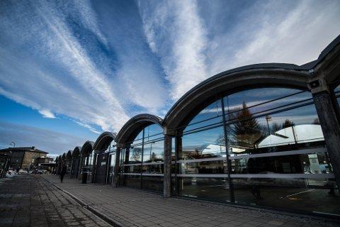 BRÅK PÅ BUSSEN: Politiet valgte til slutt å eskotere bussen med bråkmakerne fram til Oslo. Bråket startet her på bussterminalen i Lillestrøm.
