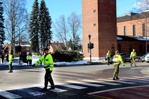 SYNLIGE I SENTRUM: Militærpoliti dirigerte trafikken i krysset utenfor Lillestrøm kirke onsdag.