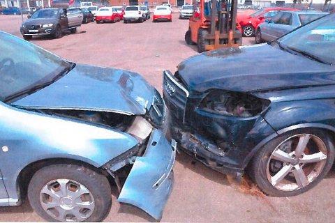 FRONTKOLLISJON: Disse to bilene, en Skoda Fabia og en Audi Q7, skal ha frontkollidert i Sverige i april 2016. Politiet mener kollisjonen var arrangert, men begge sjåførene er nå frifunnet.