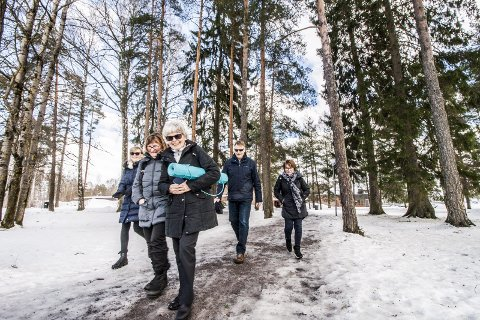 Fra parkeringsplassen og gjennom det lille skogholtet ved Skedsmohallen strømmer seniorene fram to ganger i uka. Tilbudet fortsetter å vokse.ALLE FOTO: MARTE NORDAHL