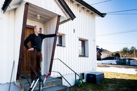 ØNSKER RO I NABOLAGET: Steinar Larsen bor rett ved siden av leilighetene der politiet avfyrte skudd i går i forbindelse med at en person hadde angrepet en kvinne med øks. Ifølge Larsen har det vært gjentatte hendelser i nabolaget den siste tiden som gjør at politiet daglig må bistå.