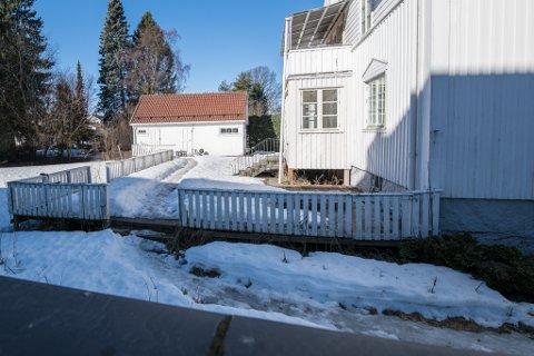 SYNLIGE SPOR: Det går en tydelig sti i snøen forbi huset i Torvgata 16 og fram uthuset der det fortsatt bor folk uten tillatelse.