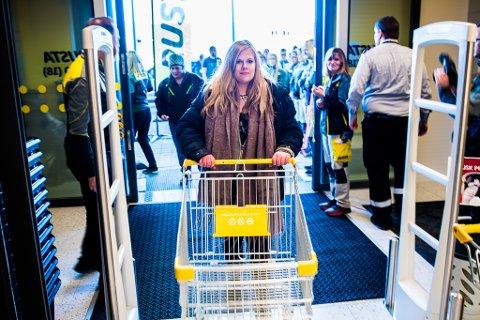 HARDCORE-FAN: Ingunn Olsen Elseth fra Hamar har latt det gå sport i å være først i køen på Rusta-åpninger. Da butikken på Eidsvoll åpnet onsdag fikk hun sågar æren av å klippe snora.